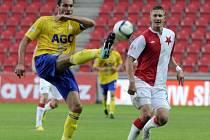 Fotbalisté Slavie Praha porazili v domácí dohrávce 7. kola první ligy 2:0 Teplice. Milan Škoda (vpravo) ze Slavie a Petr Lukáš z Teplic.
