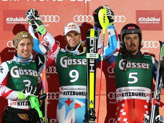 Ondřej Bank (vpravo) zazářil na slavné sjezdovce v Kitzbühelu v superkombinaci třetím místem. Triumfoval Alexis Pinturault (uprostřed) před Marcelem Hirscherem.