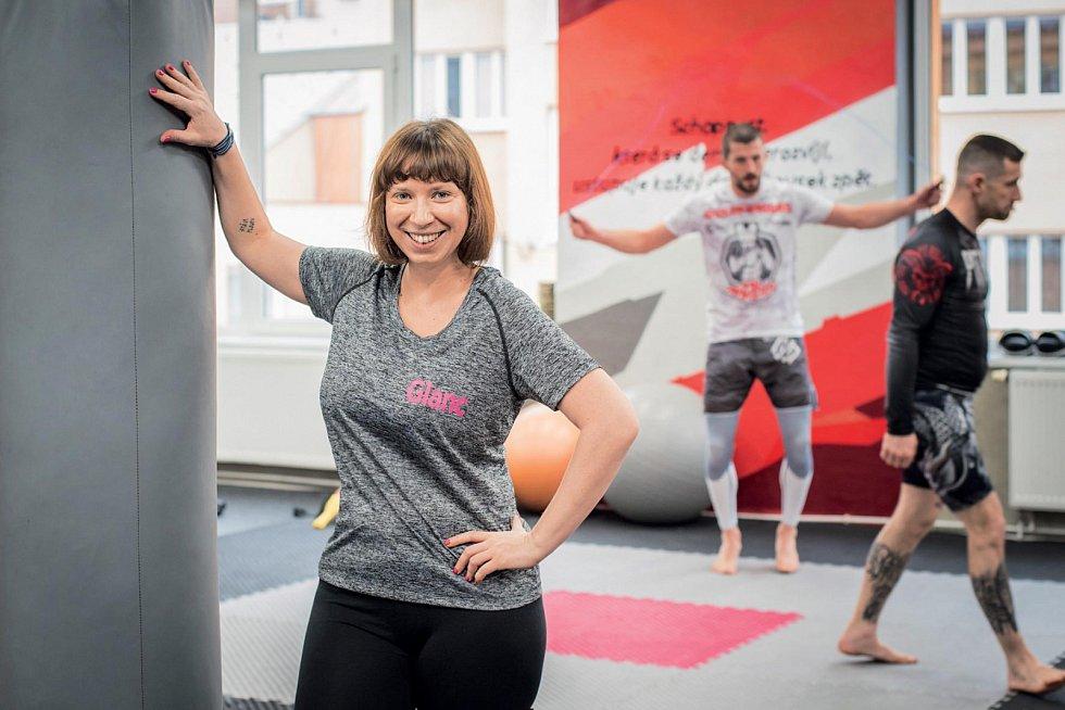 """Autorka Adéla Nosková v """"dresu"""" časopisu Glanc na tréninku MMA."""