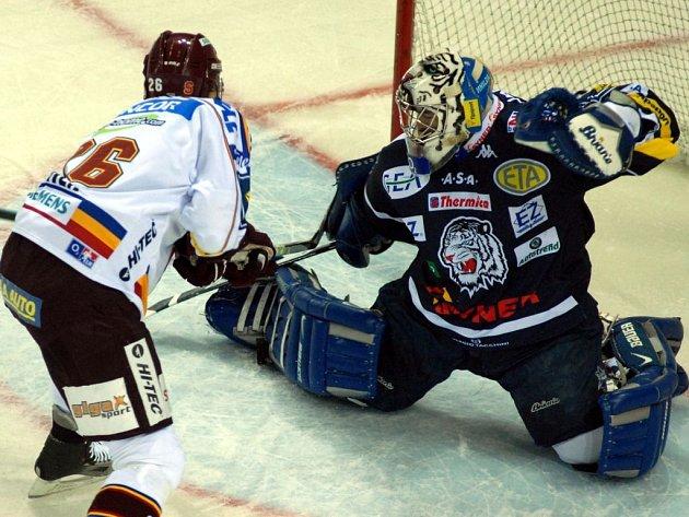 Milan Hnilička (vpravo) zasahuje proti Tomáši Sivkovi. Liberec zdolal Spartu 3:2 po prodloužení.