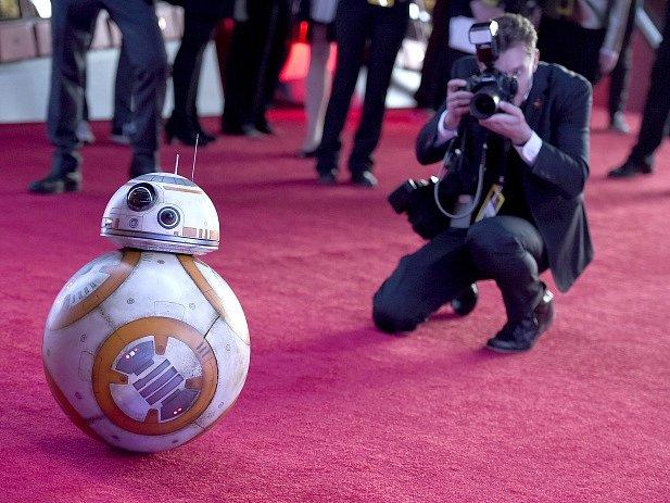 Filmová postava BB-8 přichází na premiéru snímku Star Wars: Síla se probouzí