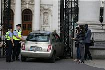 Do vstupní brány irského vládního komplexu najel vůz