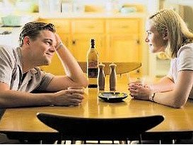Frank s April (Leonardo DiCaprio a Kate Winsletová) plánují budoucnost. Zatím jako šťastní, výjimeční lidé. Nudné předměstí s nimi ale časem udělá své.