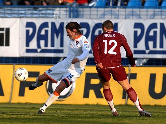 Baník - Sparta. Metelka (u míče) bojuje s hráčem Sparty Rezkem.