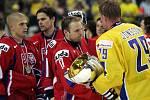 Čeští hokejisté si podávají ruku s kapitánem Švédska Kennym Jonssonem po porážce 0:4 na finále MS v hokeji v Lotyšsku 2006
