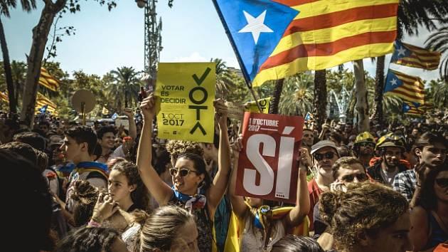 Za nezávislost Katalánska demonstrují v ulicích tisíce lidí