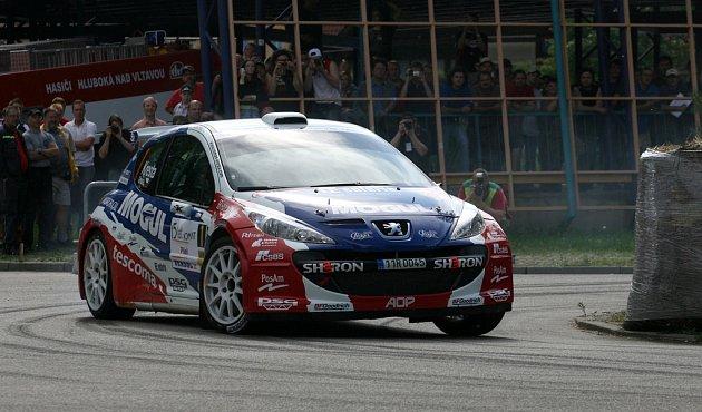 Roman Kresta s Peugeotem 207 S2000 vyhrál Rallye Český Krumlov téměř o minutu před Václavem Pechem.