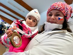Kristýnka Doležalová se zlatou medailí od Martina Fourcarda