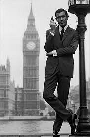 George Lazenby jako James Bond