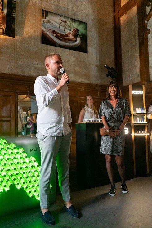 Libor Bouček a Alžběta Jungrová zahajují vernisáž fotografií ve Festival baru v Karlových Varech