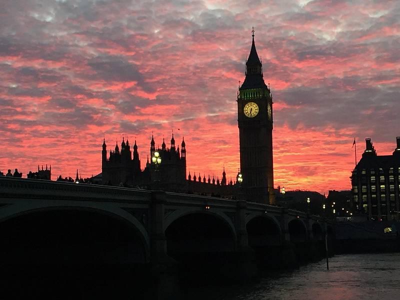 Londýn a jeho dominanta - budova parlamentu s věží, které dal jméno zvon Big Ben.