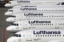 Letadla společnosti Lufthansa na letišti v německém Frankfurtu. Ilustrační snímek