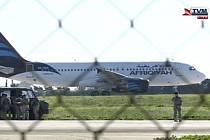 Na Maltě dnes dopoledne přistálo unesené letadlo libyjské státní letecké společnosti Afriqiyah Airways se 118 lidmi na palubě.
