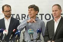 Podnikatel Dalibor Dědek (uprostřed), předseda hnutí STAN Petr Gazdík (vlevo) a volební lídr Jan Farský.