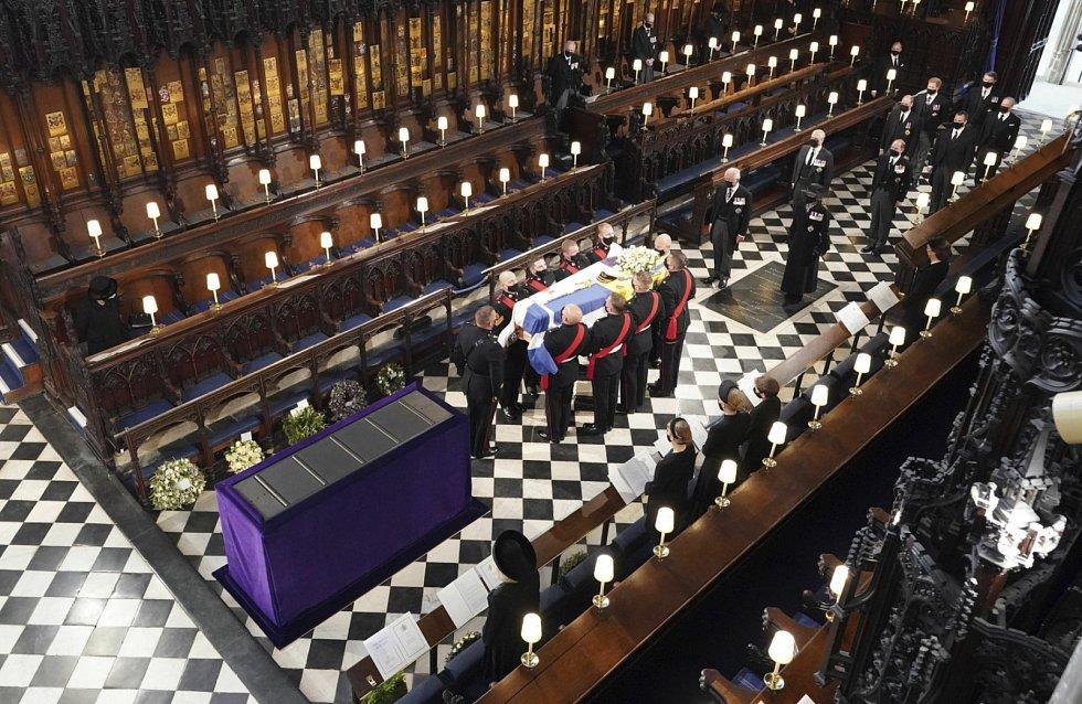 Smuteční obřad v kapli sv. Jiří ve Windsoru.