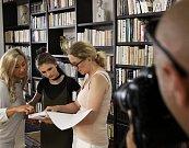 Natáčení filmu Děti samotářů s herci Tomášem Hanákem, Ivou Chýlkovou a Vandou Hybnerovou ve vile na Chodově.