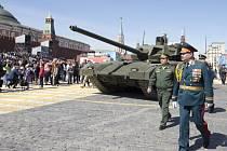 Podle Moskvy tanky T-14 Armata překonají všechny západní zbraně tohoto druhu. Jejich děla jsou ovladatelná na dálku a posádka je mimořádně dobře chráněna. Musí ale spoléhat na složité elektronické a optické systémy.