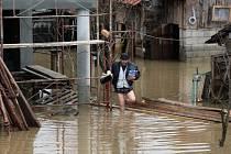 Lidé v Srbsku kvůli záplavám opouštějí své domovy.