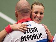 Šťastná Petra Kvitová v objetí se svým trenérem Davidem Kotyzou po úspěšném semifinále Fed Cupu proti Francii.