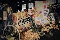 Mezi dvacítkou obětí výbuchu bomby, která explodovala v hinduistické svatyni pod otevřeným nebem, bylo 14 cizinců. Desítky dalších lidí utrpěly zranění.