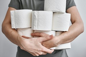 Zdražuje už i toaletní papír. Zásobte se, radí Čechům ekonom