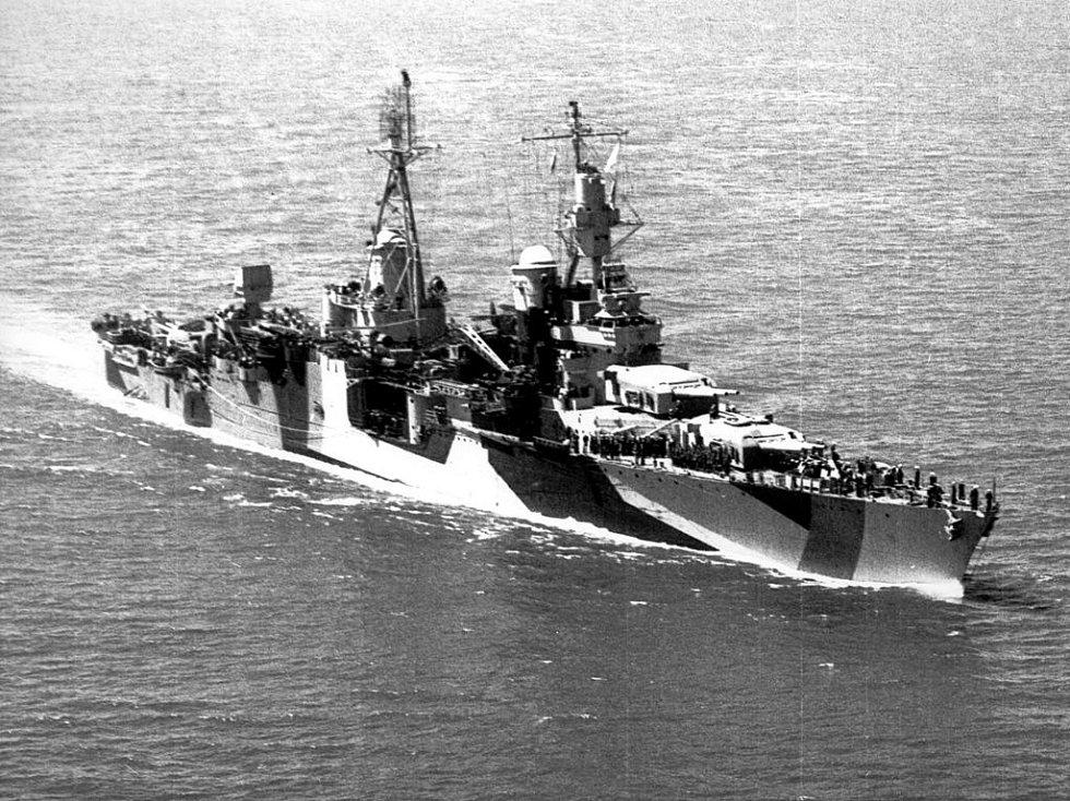 Křižník Indianapolis v roce 1944 s maskovacím vzorem