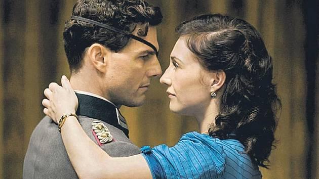 ATENTÁTNICKÉ DRAMA. Důstojník Stauffenberg musí připravit Valkýru do nejmenších detailů (Tom Cruise s Billem Nighym). Jedno je jisté – když operace selže, odnesou to i jeho blízcí, včetně manželky (Carice van Houtenová).