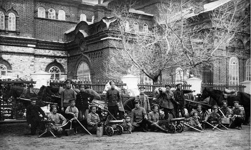 Partyzánský oddíl kulometčíků ve městě Věrchněuralsk v den odjezdu posledního oddílu Československých legií na Rusi