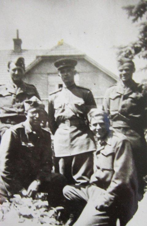 Vojáci československého sboru v Praze v roce 1945. Jan Ihnatík vpravo dole.
