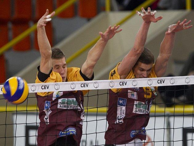 Volejbalisté Liberce Adam Zajíček (vlevo) a Tomáš Hýský blokují smeč Tallinu.
