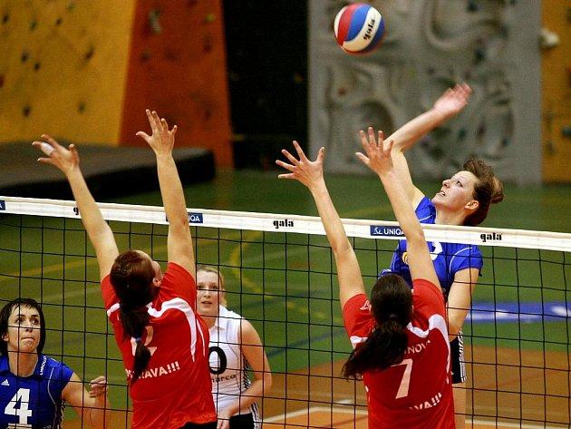 Volejbalistky Liberce (v modrém) v duelu s Ostravou.