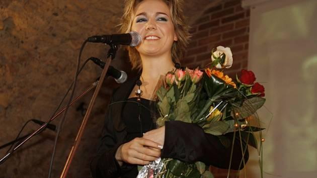 Lucie Vondráčková v záplavě květin a ocenění.
