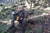 Muž, jehož ohořelé tělo našli lidé před týdnem v pražském Klánovickém lese, byl přímo v lese zastřelen.