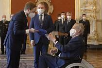 Prezident Miloš Zeman (vpravo)jmenoval 21. dubna 2021 na Pražském hradě Jakuba Kulhánka (vlevo) ministrem zahraničí.