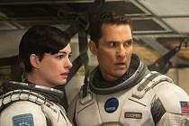 INTERSTELLAR. Cooper a Brandová, kolegyně a potenciální partnerka do nového života (Matthew McConaughey a Anne Hathawayová).