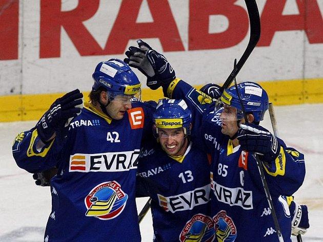 Vítkovičtí (zleva) Michal Barinka, Vladimír Svačina a Jiří Burger se radují z gólu na ledě Slavie.