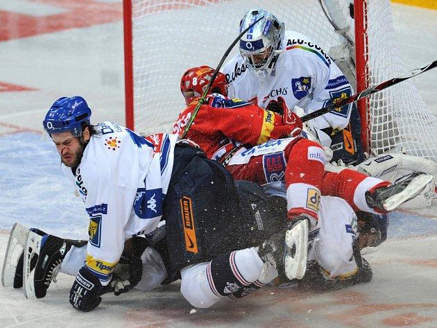 Petr Jurečka ze Slavie (uprostřed) zasáhl v pádu Michala Barinku (vlevo) bruslí do nosu.