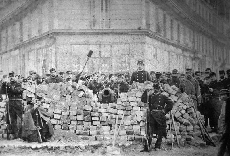 Vojáci francouzské armády pózují na dobyté a obsazené barikádě na Voltairově bulváru