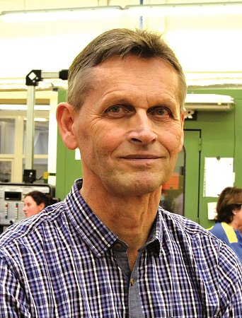 STÁLI UZRODU MINCOVNY, ZŮSTALI TŘI. Jaroslav Hrách je celou dobu skloněný nad mikroskopem, je rytec. Miroslav Vítek, výrobní ředitel a Josef Pazour, technický vedoucí výroby.
