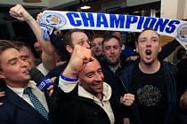 Fanoušci Leicesteru slaví poté, co Tottenham jen remizoval s Chelsea.