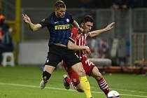 Davide Santon z Interu Milán (vlevo) a Pierre Højbjerg ze Southaptonu.