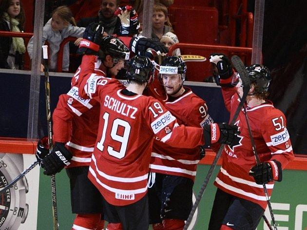 Hvězdný Steve Stamkos (třetí zleva) zajistil Kanadě vítěznou trefu proti Dánsku.