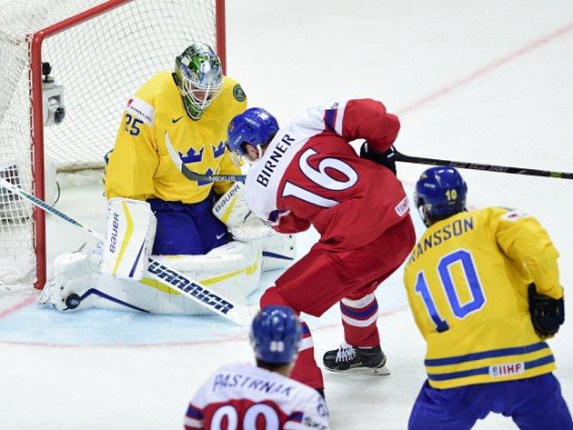 Michal Birner se snaží překonat brankáře Švédska Jacoba Markströma.