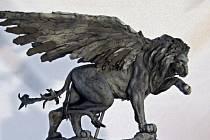 Dvoumetrovou sochu okřídleného lva jako poctu českým pilotům bojujícím v RAF za druhé světové války věnuje Česku britská komunita žijící v ČR. Autorem bronzového památníku je britský sochař Colin Spofforth. Na snímku je modej sochy.