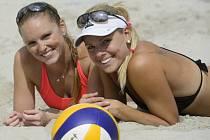 Plážové volejbalistky Kristýna Kolocová (vlevo) a Markéta Sluková.