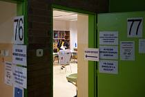 Žena hlasuje 9. října 2020 ve volební místnosti v Základní škole Štefcova v senátním obvodu Hradec Králové
