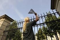 Příznivci hnutí Okupujte (Occupy Czech) 21. srpna symbolicky okupovali zahradu před úřadem vlády v Praze naházenými papírovými vlaštovkami.