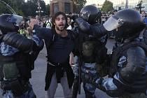 Přes tisíc lidí zatkli dnes policisté při nepovolené demonstraci v centru Moskvy, kterou svolala opozice kvůli vyloučení části kandidátů z komunálních voleb.