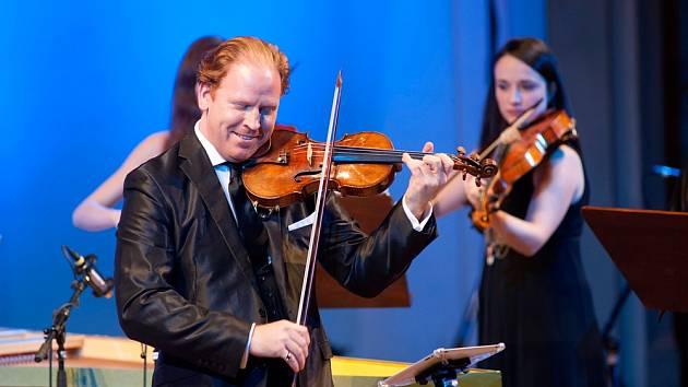 Britský houslista Daniel Hope zahraje na plovoucí scéně na Vltavě.