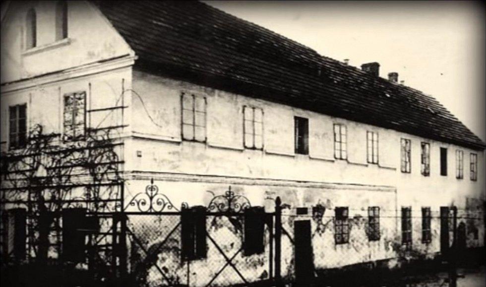 """Dům Karla Denkeho, který se proměnil v úděsný """"masokombinát"""""""